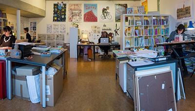 Lars Deltrap werkt met Gertie Jaquet, Ineke Goes en Georgien Overwater in 'De illustratiestudio' in Amsterdam.